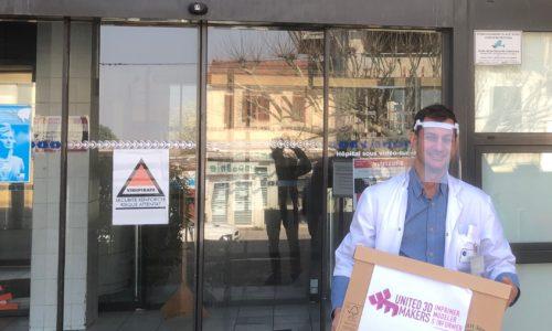 Docteur devant le CHI André Grégoire recevant les visières pour l'hopital