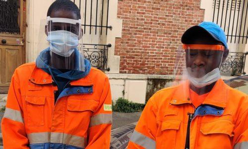 Eboueurs protégés par un masque anti-projection imprimé en 3D